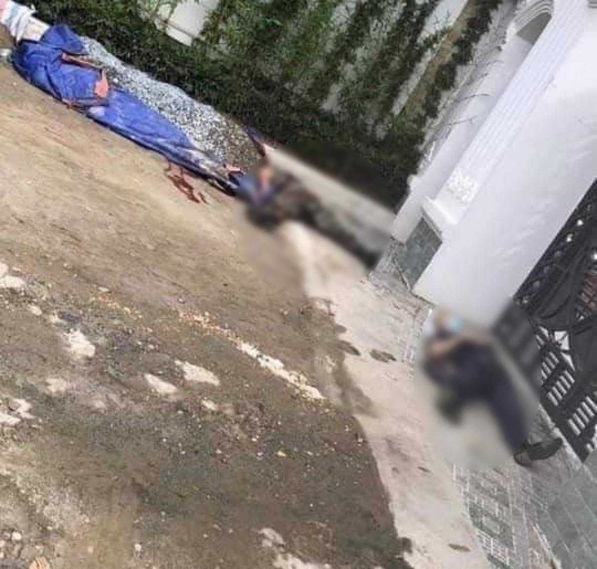 Hai nạn nhân gục tại chỗ.