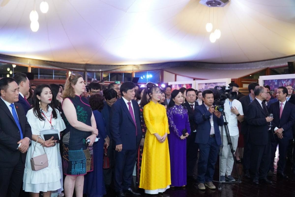 Thứ trưởng Bộ Ngoại giao Tô Anh Dũng phát biểu chúc mừng bà Nguyễn Thị Phương Thảo.