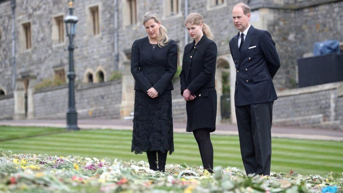 Bên ngoài lâu đài Windsor là những bó hoa của người dân Anh nhằm tưởng nhớ Hoàng thân Philip (Ảnh: BBC)
