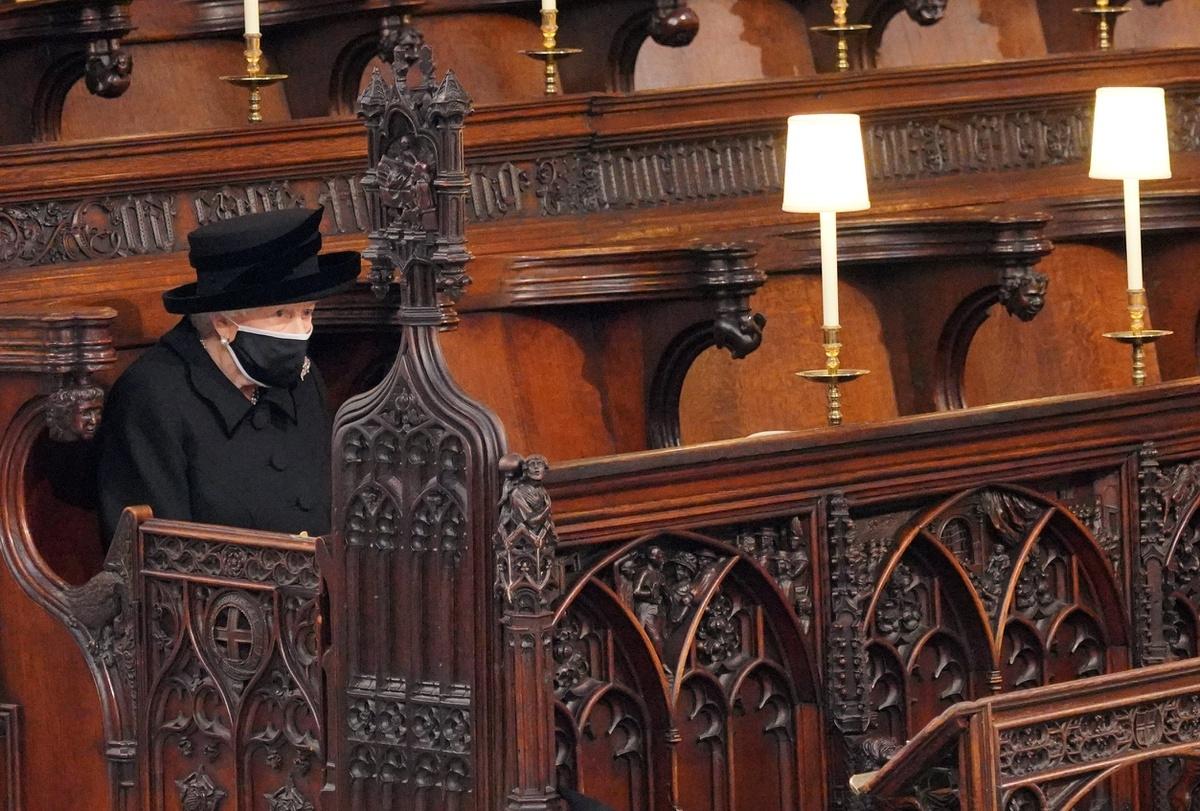 Nữ hoàng Anh ngồi lặng lẽ một góc bên trong nhà nguyện. Đôi mắt bà chất chứa đầy nỗi buồn trước sự ra đi của người chồng yêu dấu. Ảnh: Daily Mail.