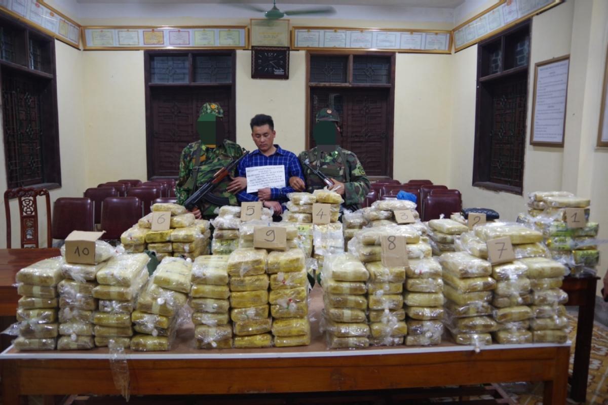 Tang vật gồm hàng trăm bánh ma túy.