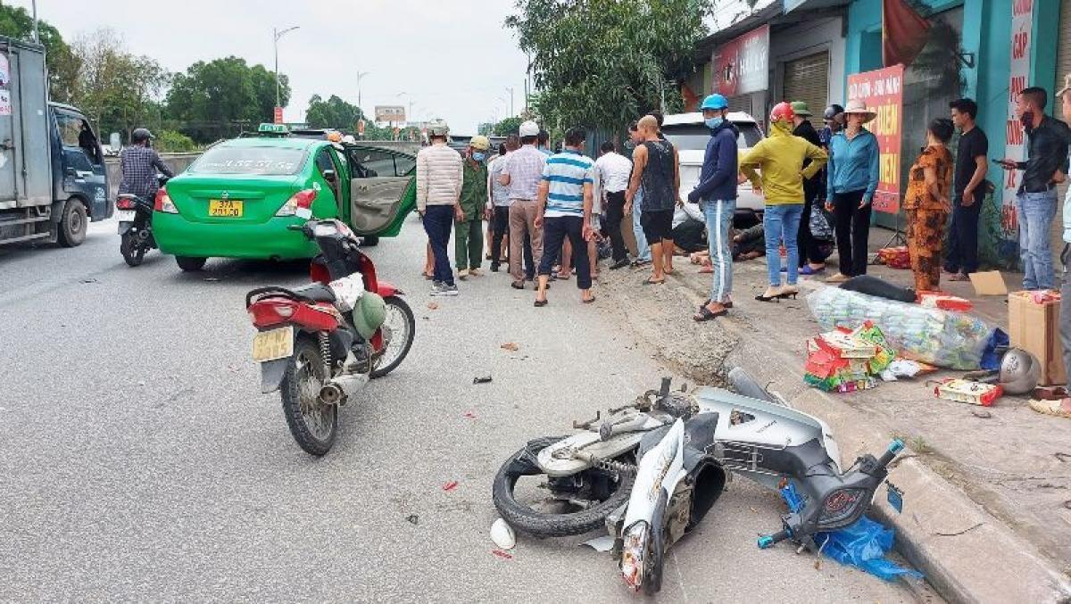 Hai chiếc xe máy hư hỏng nặng sau vụ tai nạn.