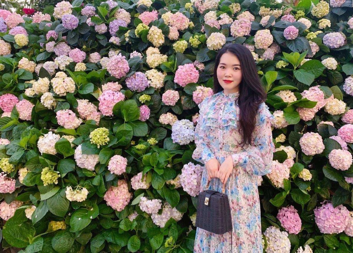 Du khách check in tại lễ hội hoa FLC Sầm Sơn ngày 10/4 vừa qua.