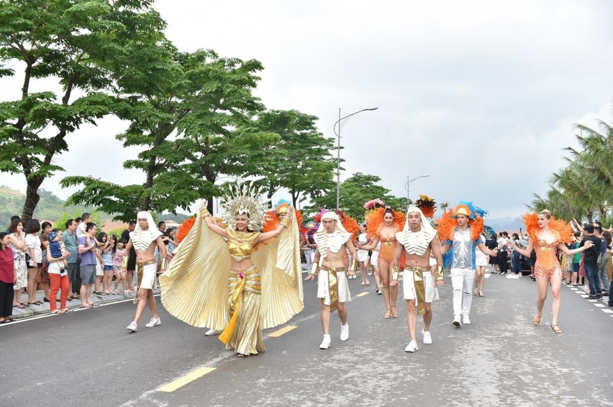 Những vũ điệu đường phố tại Hạ Long luôn chiếm được thiện cảm của đông đảo du khách.