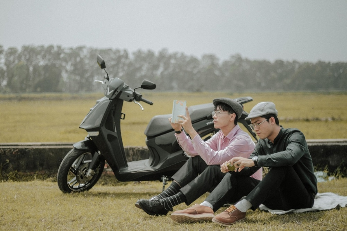 """""""Phố xá đông đúc, đầy khói bụi làm mình đôi khi mệt mỏi, và những lúc này mình mới thật sự cảm thấy sự cần thiết của những nguồn năng lượng thân thiện với môi trường. Năng lượng sạch, xe không khói, cuộc sống bỗng yên bình..."""" – Việt Dũng chia sẻ."""