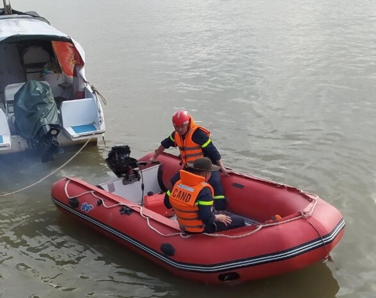Lực lượng chức năng đang nỗ lực tìm kiếm tung tích người phụ nữ trên sông Lam.