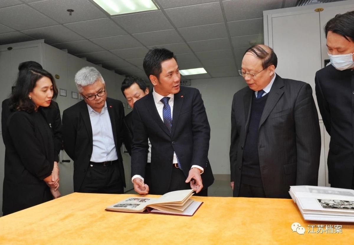 Cục trưởng Cục Lưu trữ Thượng Hải giới thiệu các tư liệu, hình ảnh trong các chuyến thăm đến Giang Tô của Bác