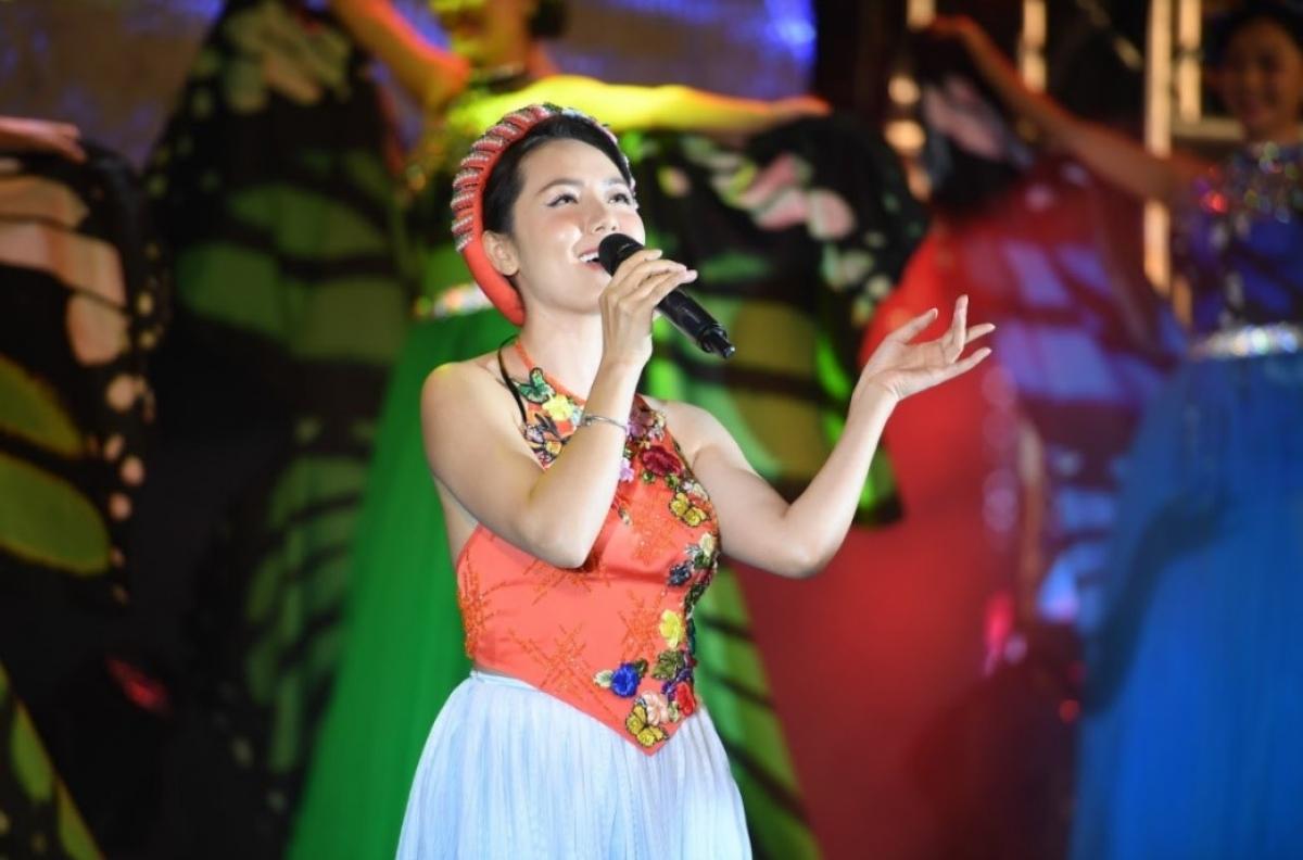 Ca sỹ Phương Linh trình diễn trong chương 2 của đêm nghệ thuật