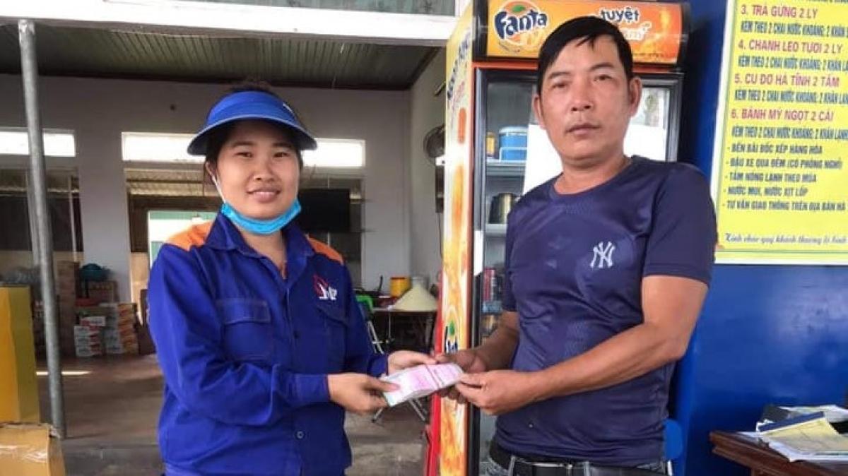 Chị Phượng trả lại số tiền cho tài xế xe tải.