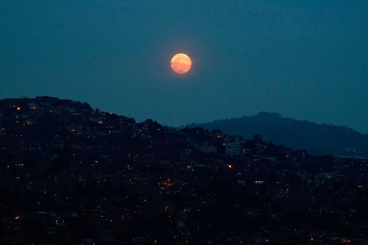 Siêu trăng hồng tỏa sáng tại khu vực Petare,Caracas,Venezuela.