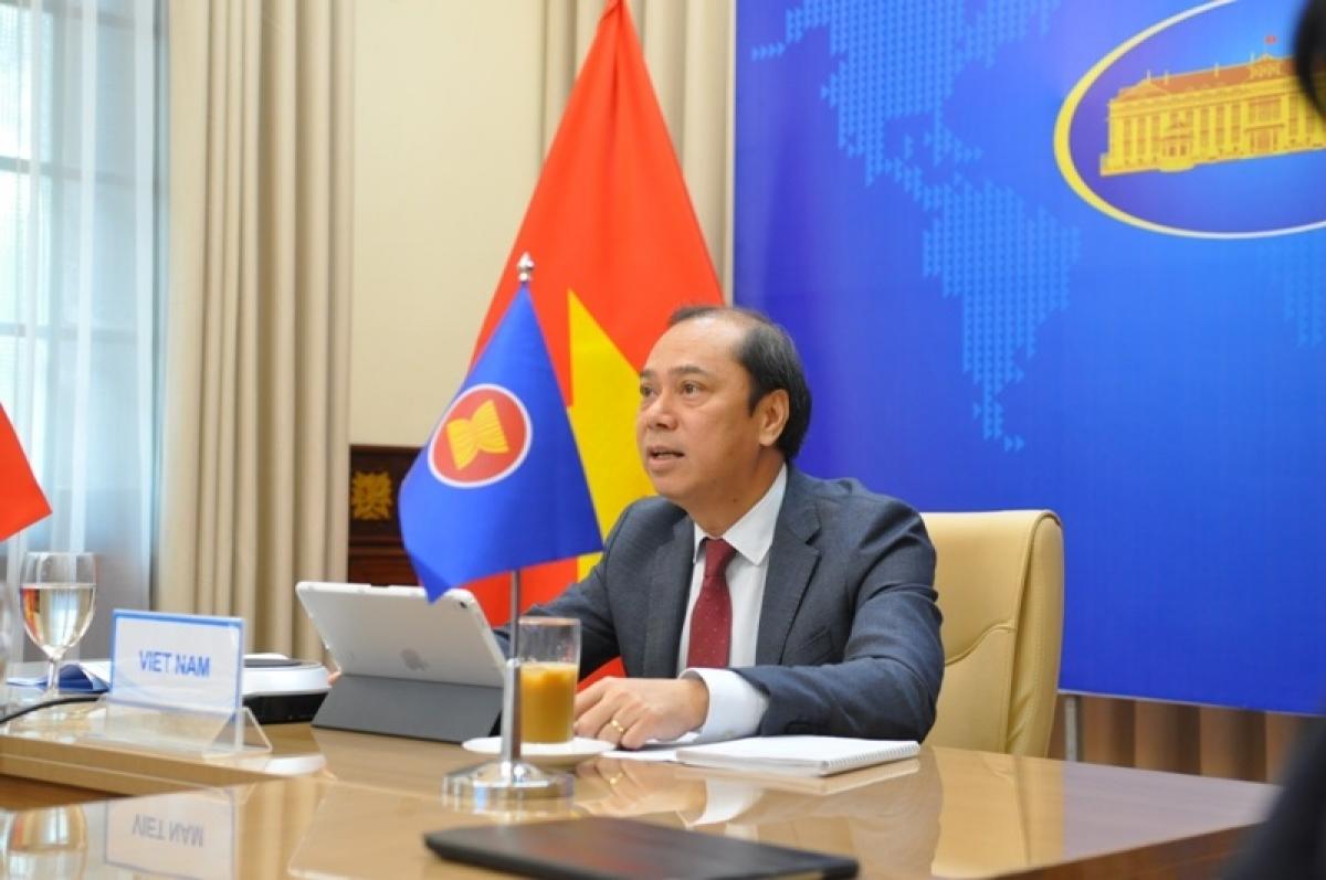 Thứ trưởng Ngoại giao Nguyễn Quốc Dũng, Trưởng SOM ASEAN Việt Nam dẫn đầu đoàn Việt Nam dự Hội nghị Quan chức Cao cấp (SOM) ASEAN theo hình thức trực tuyến.