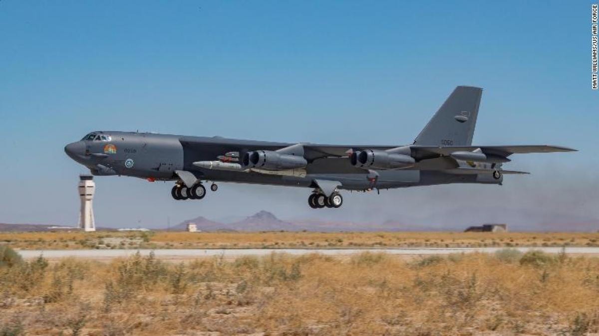 Máy bay ném bom B-52 Mỹ phóng thử tên lửa siêu thanh thất bại. Ảnh: CNN