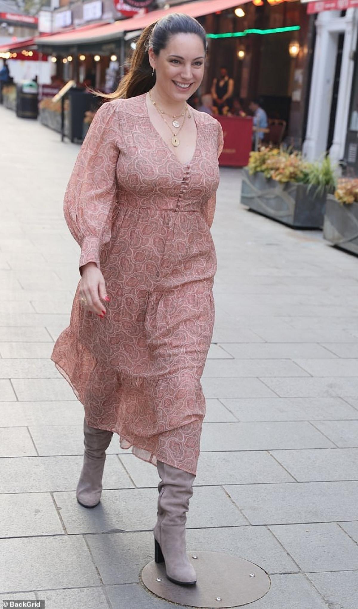 Kelly Brook là diễn viên kiêm siêu mẫu nổi tiếng xứ sở sương mù. Thời gian gần đây, cô dần lấn sân sang lĩnh vực phát thanh viên. Dù ở bất kỳ vai trò nào, Kelly Brook vẫn nhận được sự ủng hộ từ phía công chúng./.