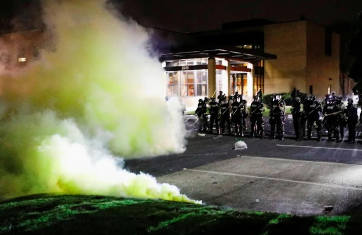 Hơi cay ở khu vực các sĩ quan cảnh sát đứng gác ở Phòng Cảnh sát Brooklyn Center. Ảnh: Reuters