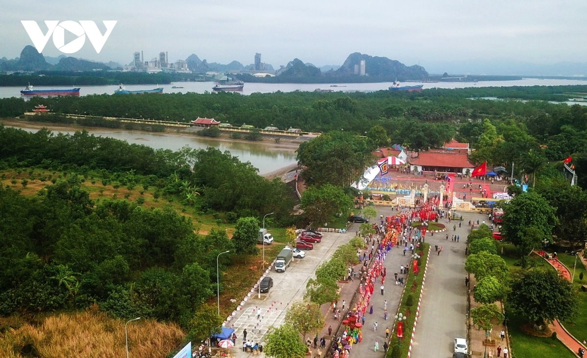 Local authorities of Quang Yen town host a ceremony marking the 733rd anniversary of the Vietnamese victory at the battle of Bach Dang river over the Mongol invaders under the leadership of General Tran Hung Dao.