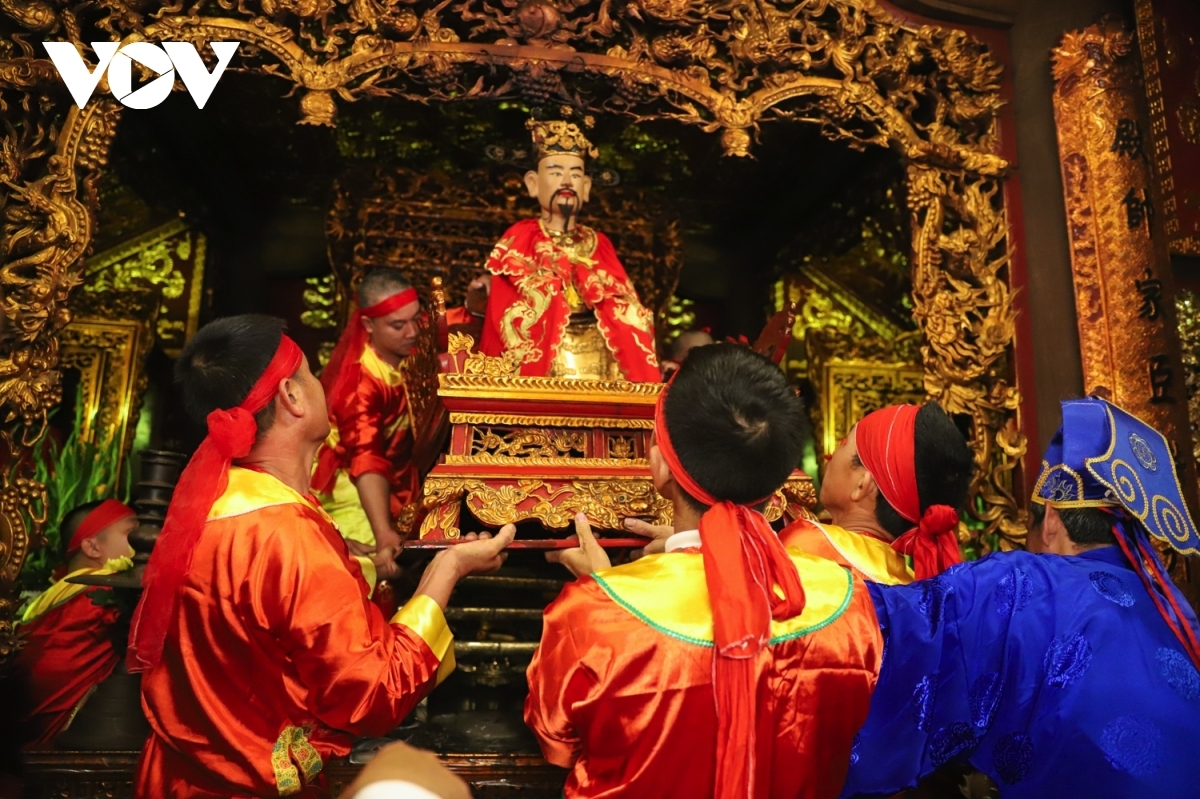 The highlight of the occasion is a procession which carries the Saint Tran Hung Dao statue from Tran Hung Dao temple to Yen Giang temple.