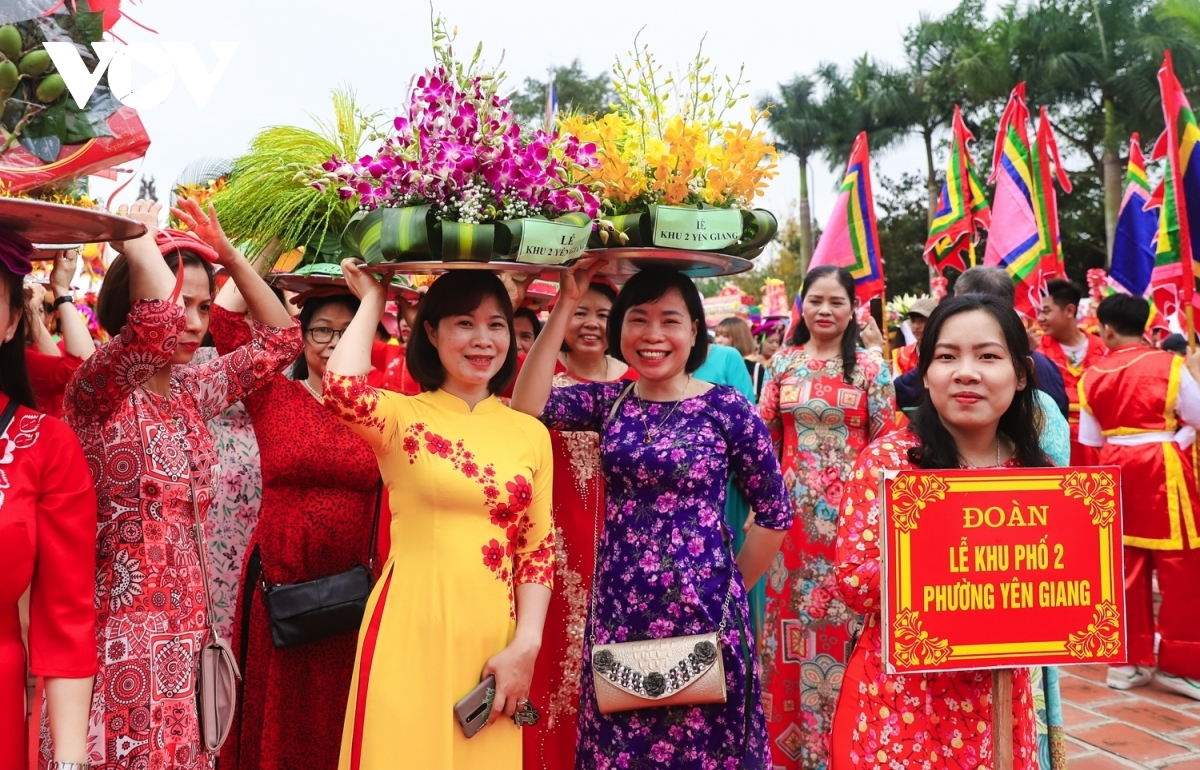 Local people in Quang Yen town join with visitors from neighbouring provinces as they prepare numerous offerings and join in the procession from the early morning.