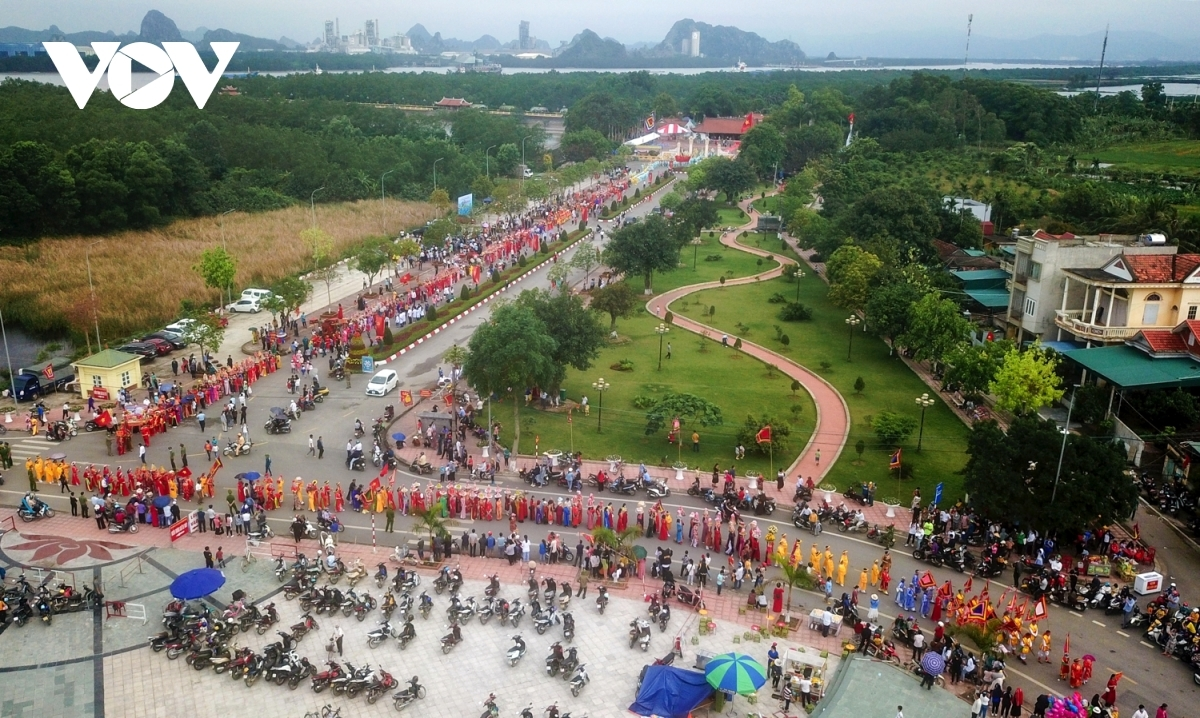 Thousands of citizens participate in the procession held on the banks of Bach Dang river.