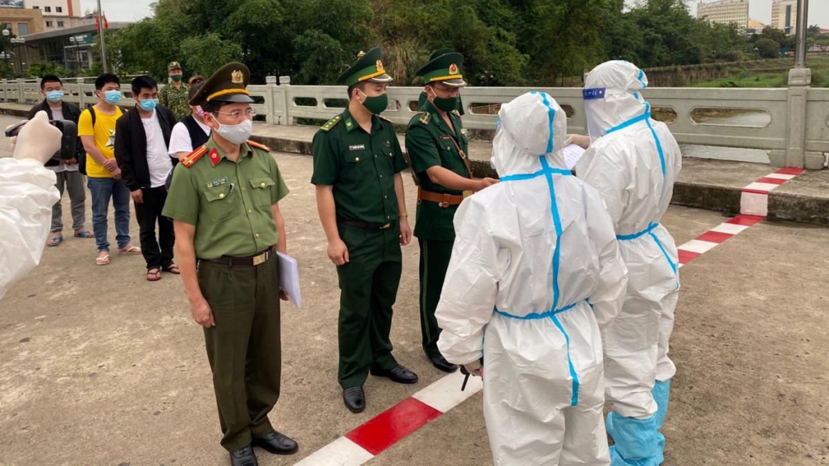 Lực lượng chức năng trao trả 04 đối tượng người Trung Quốc nhập cảnh trái phép Việt Nam cho Công an TP Đông Hưng, Trung Quốc.