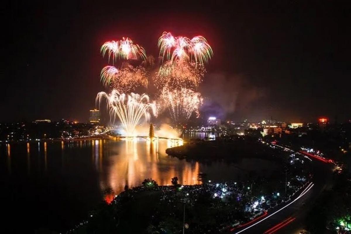 Bắn pháo hoa tại công viên Văn Lang, TP. Việt Trì tối ngày 20/4. Nguồn: Trung tâm Thông tin Xúc tiến Du lịch tỉnh Phú Thọ