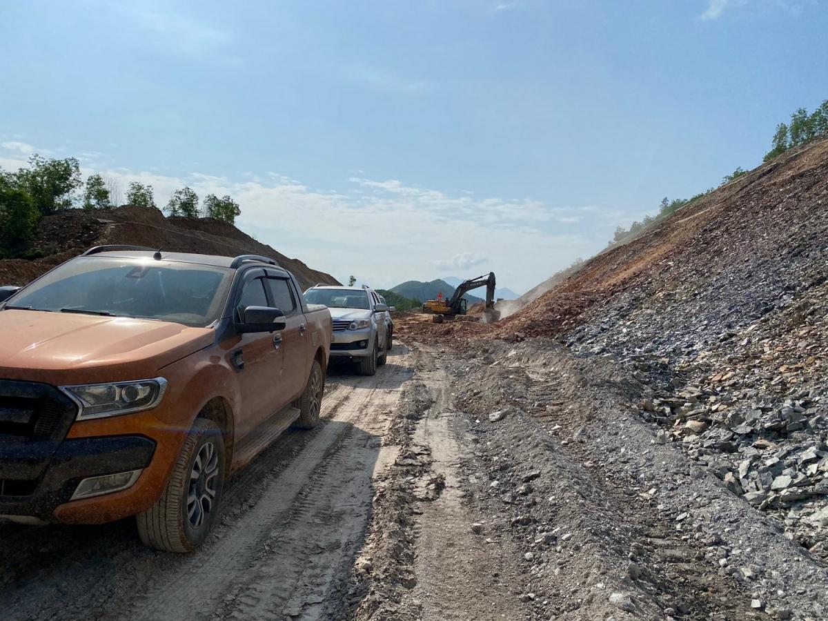 Ban Quản lý dự án và các nhà thầu tìm giải pháp điều chuyển đất đắp nền.