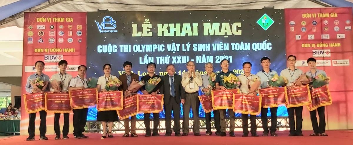 Ban tổ chức tặng cờ lưu niệm cho các đơn vị tham gia.