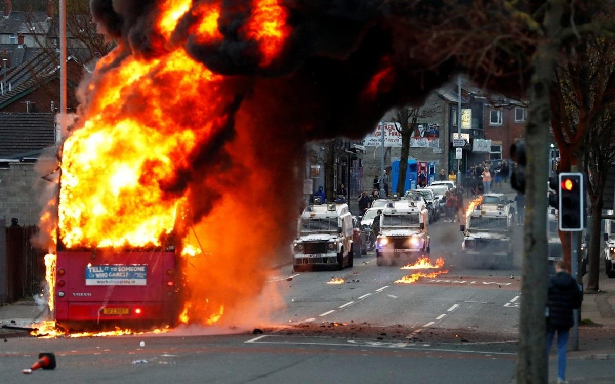 Bạo lực và đốt phá ở Belfast. Ảnh: Telegraph.