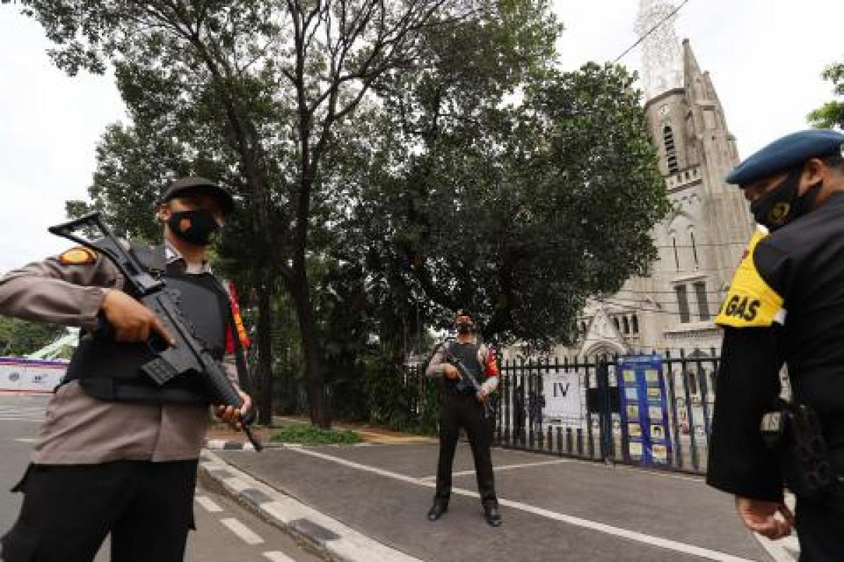 Bảo vệ an ninh tại nhà thờ Kathedral, Jakarta. Ảnh: Indonews.