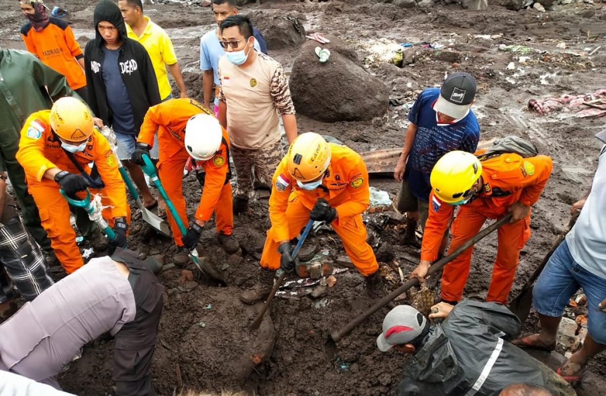 Nỗ lực tìm kiếm nạn nhân bị chôn vùi ở Indonesia (Nguồn: AFP)