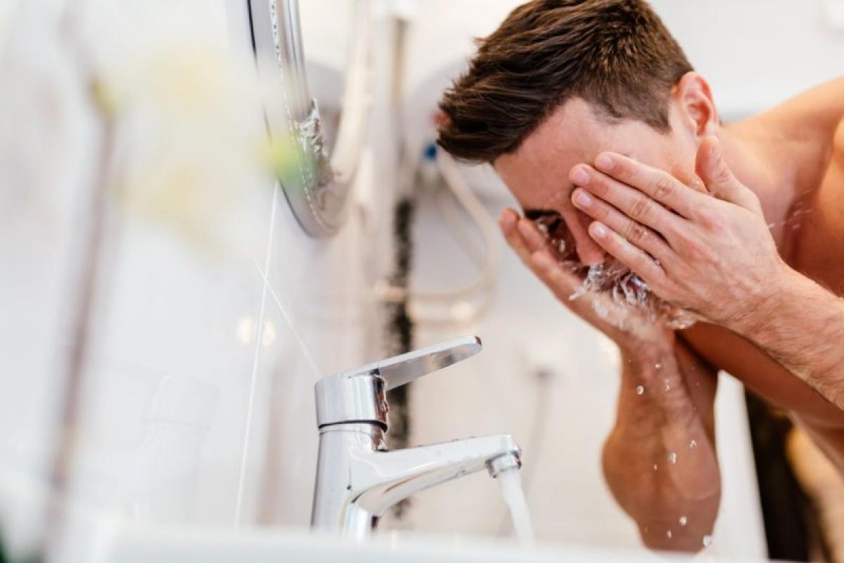Sữa rửa mặt đắt tiền: Sữa rửa mặt chỉ tiếp xúc với da trong thời gian ngắn, do đó chúng không có nhiều tác động đến da ngoài việc làm sạch lớp trang điểm, bã nhờn và bụi bẩn - điều mà mọi loại sữa rửa mặt đều làm được. Thay vì ngốn tiền vào những loại sữa rửa mặt đắt đỏ, bạn nên sắm cho mình một chiếc máy rửa mặt hoặc cọ rửa mặt.