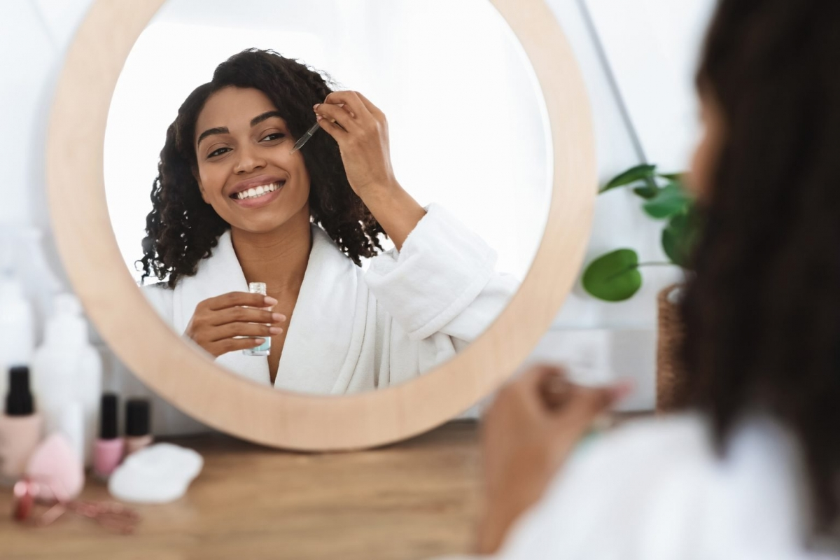 """Các sản phẩm chống lão hóa thịnh hành: Nọc rắn hay tế bào gốc nghe có vẻ """"sang chảnh"""", và quả đúng là chúng có thể đem lại một số lợi ích cho da. Tuy nhiên, chưa có nghiên cứu khoa học nào chứng minh hàm lượng retinol và AHA có trong hai sản phẩm này."""