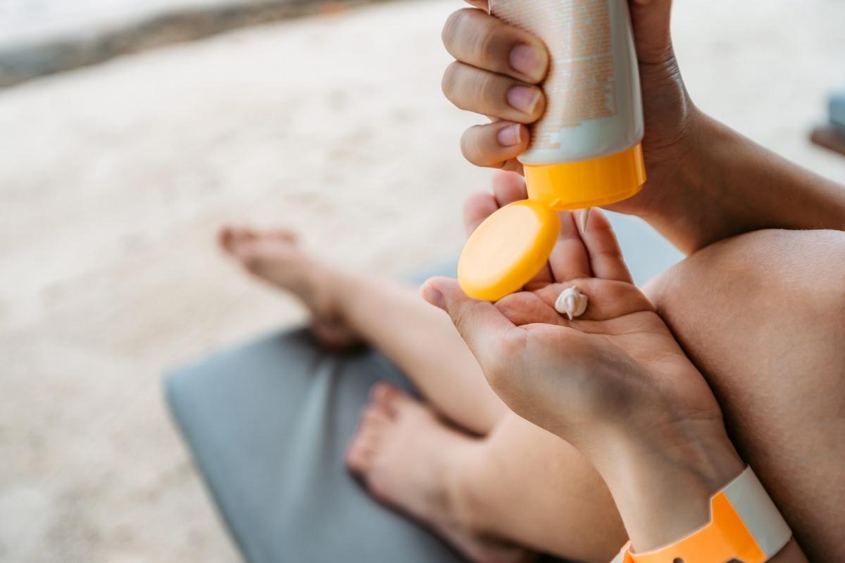 Kem chống nắng đắt tiền: Bạn có thể biện luận rằng những loại kem chống nắng đắt tiền có mùi hương dễ chịu hơn và không gây nhờn hay rít da. Tuy nhiên, nếu xét về tác dụng chống nắng, kem chống nắng đắt tiền hơn không có nghĩa là chúng bảo vệ da tốt hơn.