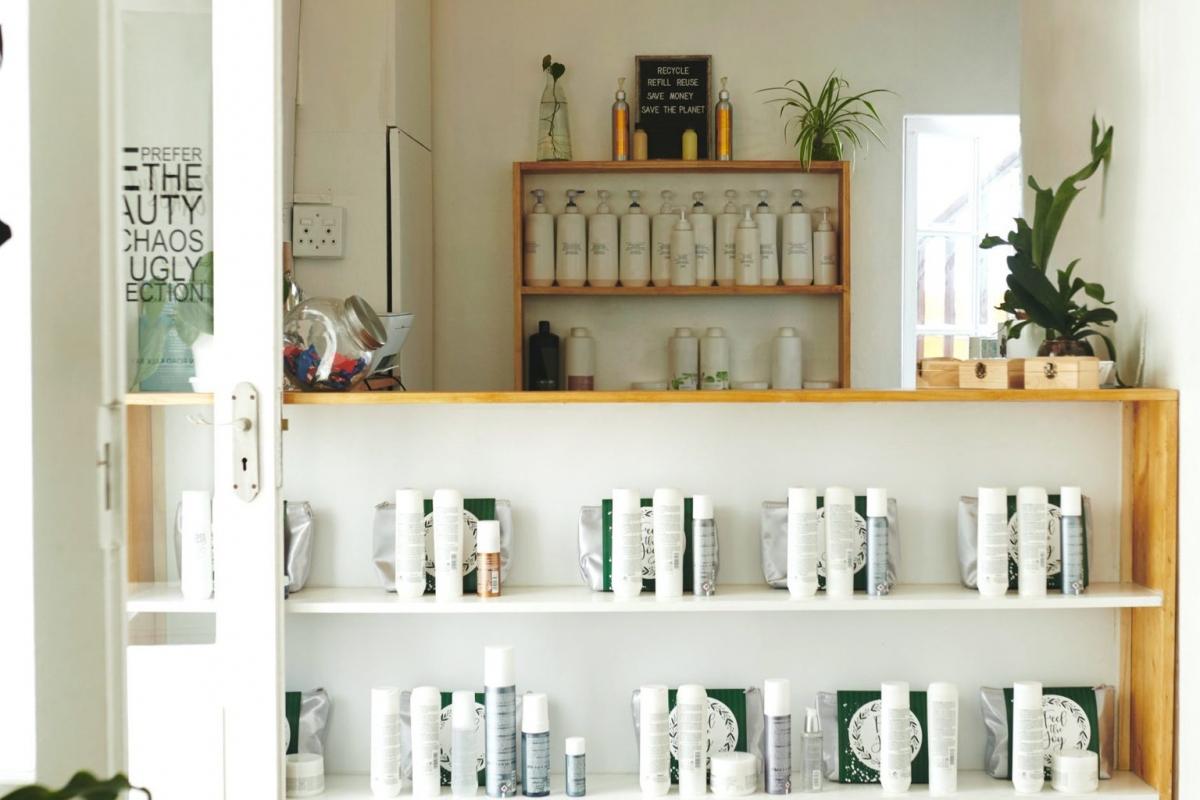 Các sản phẩm chăm sóc tóc tại salon: Các sản phẩm chăm sóc tóc tại các tiệm tóc thực chất không áp dụng công nghệ đặc biệt gì để khiến chúng tốt hơn các sản phẩm thông thường. Thực chất, các sản phẩm này cũng chứa các nguyên liệu cơ bản giống như các sản phẩm bình dân.