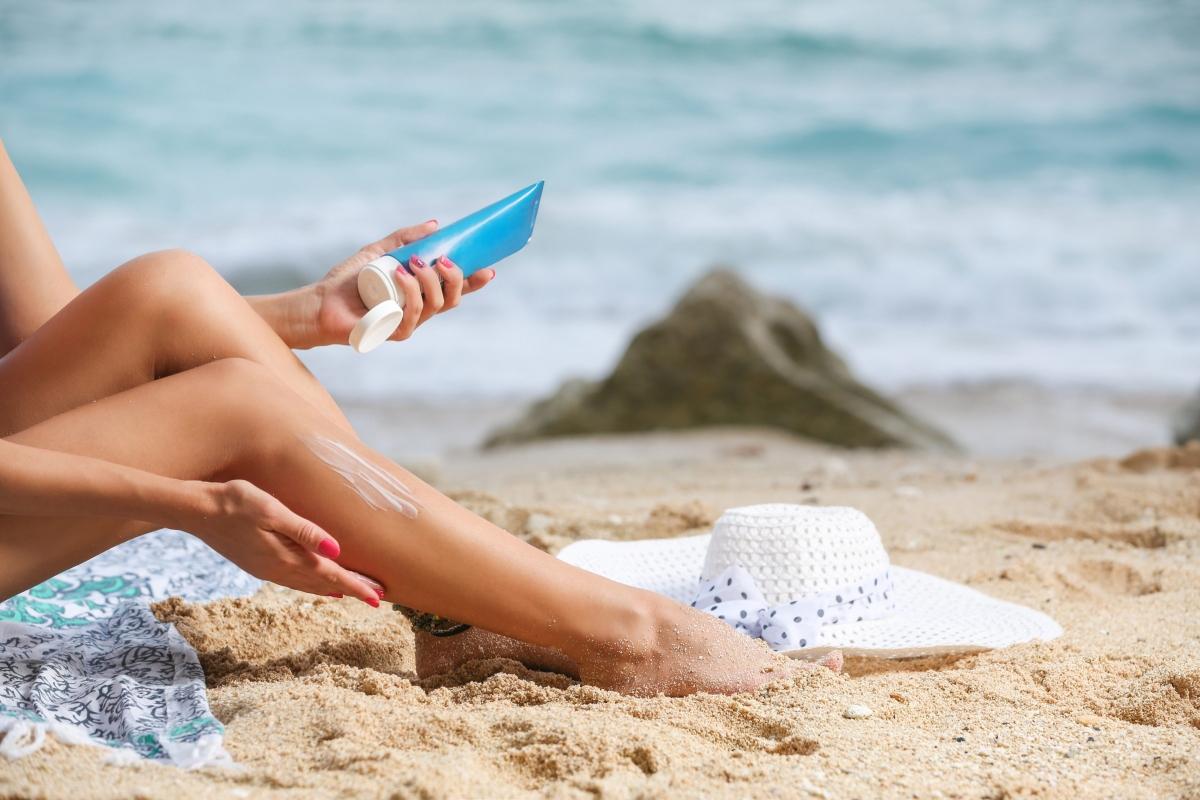 Kem chống nắng có độ SPF cao: Rất nhiều người lầm tưởng rằng kem chống nắng SPF 100 có tác dụng ngăn tia UV hiệu quả gấp hai lần kem chống nắng SPF 50. Thực tế, SPF 15 giúp ngăn 93% tia UV, SPF 30 ngăn 95%, SPF 50 ngăn 97%, và SPF 100 ngăn 99%. Điểm khác biệt lớn nhất chỉ là kem chống nắng với SPF cao hơn sẽ cho tác dụng trong thời gian dài hơn.
