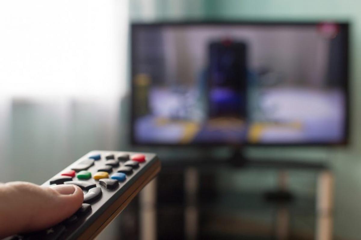Tivi: Tương tự như điện thoại, để tivi trong phòng ngủ cũng khiến bạn mất tập trung, dễ dẫn đến mất ngủ. Ánh sáng xanh từ màn hình tivi cũng có thể làm rối loạn giấc ngủ, đồng thời các chương trình tivi hấp dẫn có thể khiến bạn quên mất giờ ngủ.