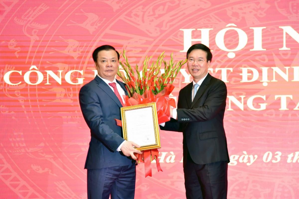 Thường trực Ban Bí thư Võ Văn Thưởng trao quyết định phân công nhiệm vụ Bí thư Thành ủy Hà Nội cho ông Đinh Tiến Dũng.