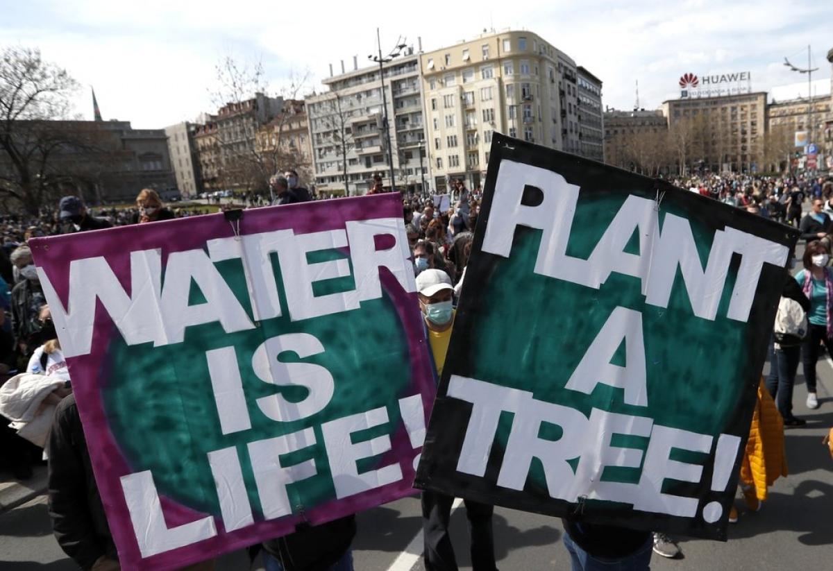 Hàng nghìn người biểu tình ở Serbia để bảo vệ môi trường. Ảnh: AP