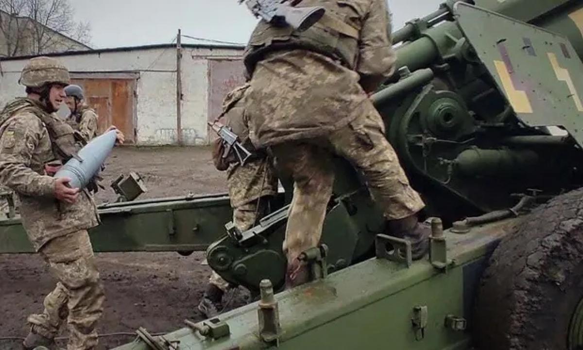Binh sĩ Ukraine luyện tập bên trọng pháo. Ảnh: Anadolu.