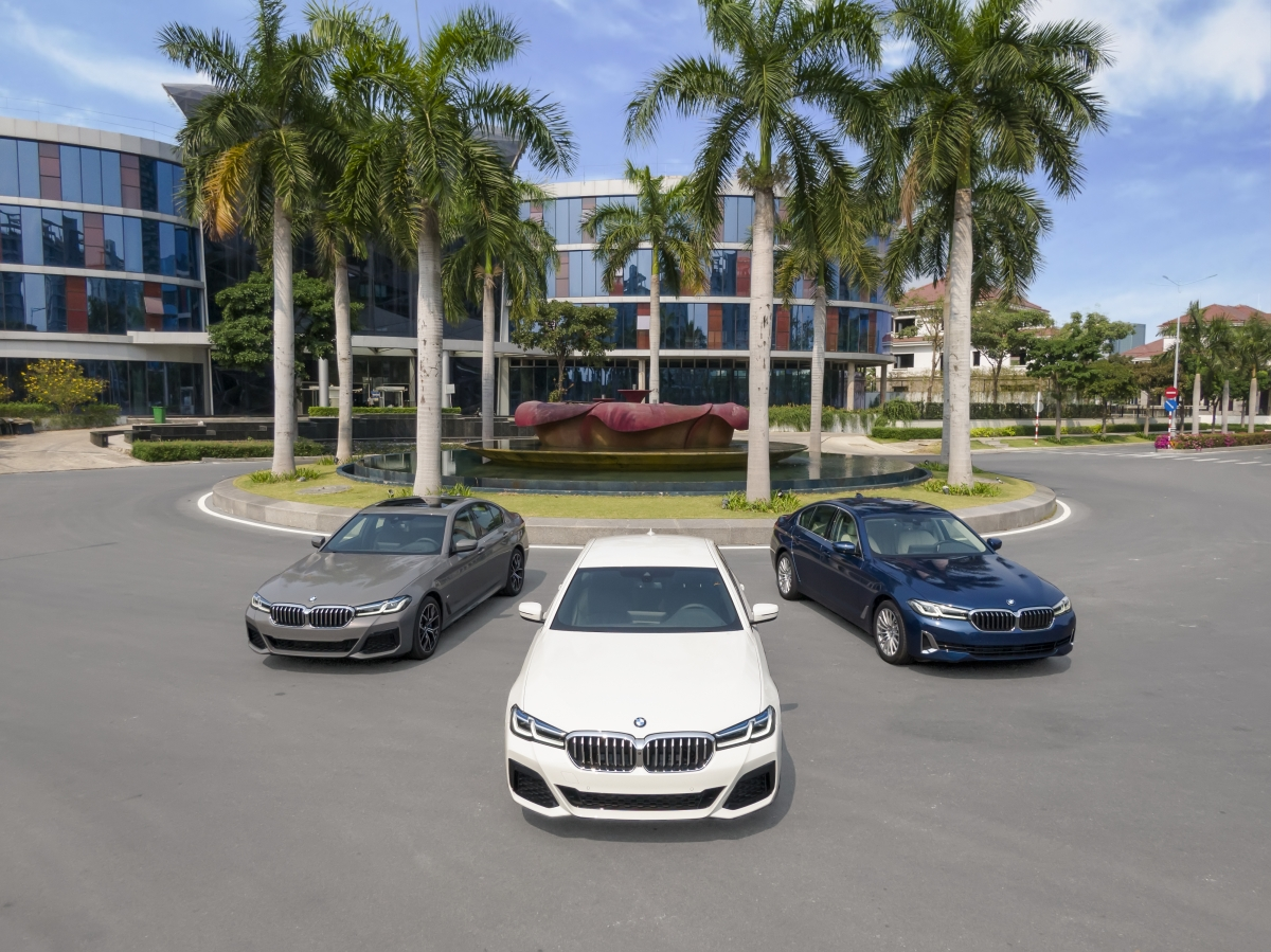 Mới đây, phiên bản nâng cấp LCI đời 2021 của dòng BMW 5-Series đã chính thức ra mắt tại Việt Nam. Đây cũng là sản phẩm mới đầu tiên của BMW trong năm 2021 dành cho thị trường Việt Nam. Xe có 3 phiên bản gồm 520i Luxury Line, 520i M Sport và 530i M Sport, giá bán lần lượt là 2,499 tỷ, 2,969 tỷ và 3,289 tỷ đồng.