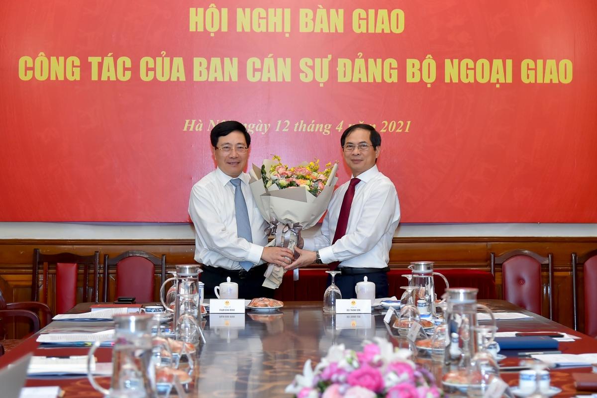 Phó Thủ tướng Phạm Bình Minh chúc mừng ông Bùi Thanh Sơn đã được Đảng và Nhà nước tín nhiệm bổ nhiệm trọng trách Bộ trưởng Bộ Ngoại giao.