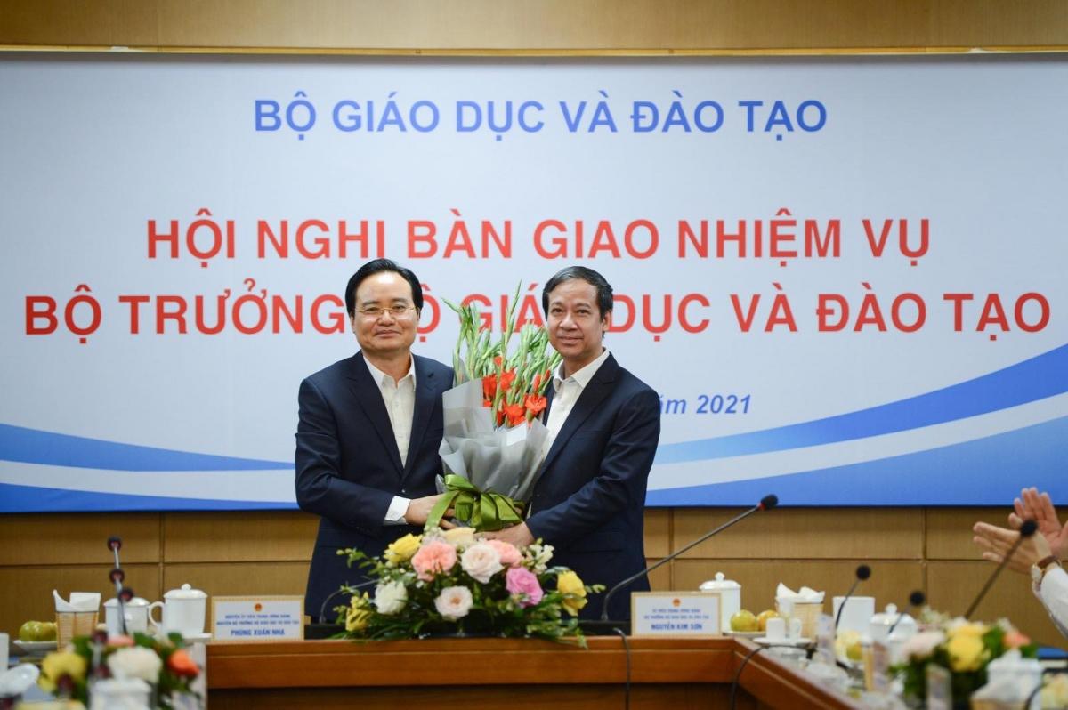 Bộ trưởng Bộ GD&ĐT Nguyễn Kim Sơn tặng nguyên Bộ trưởng Bộ GD-ĐT Phùng Xuân Nhạ bó hoa tươi thắm.