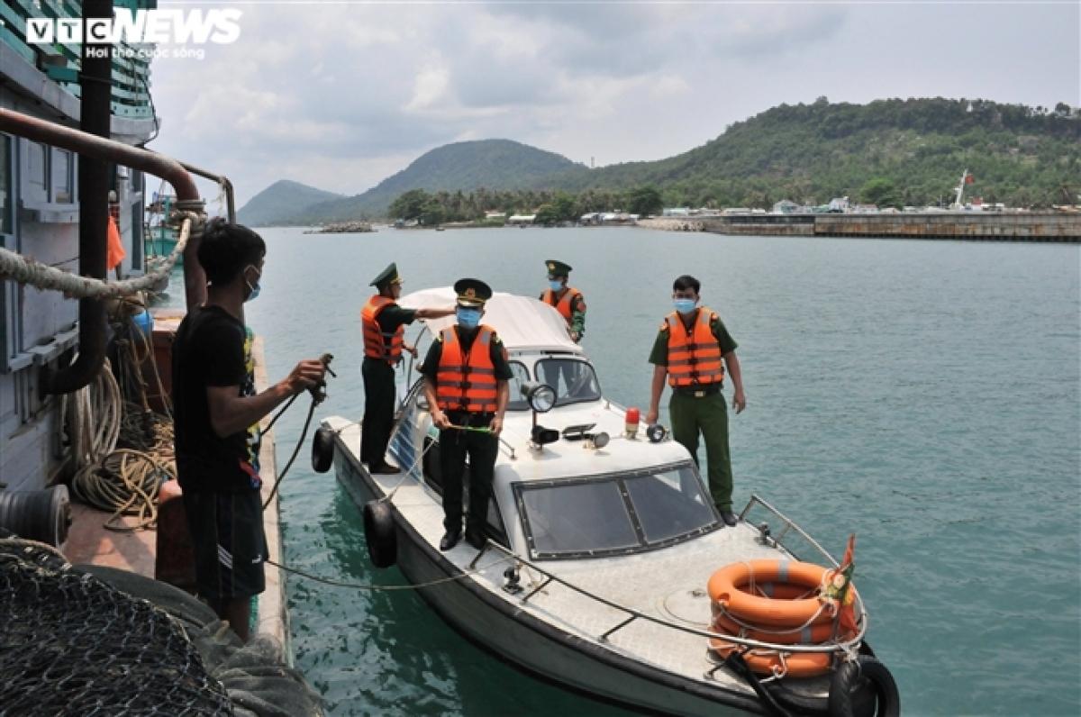 Cùng với việc tuần tra kiểm soát, lực lượng biên phòng đẩy mạnh công tác tuyên truyền cho ngư dân đang đánh bắt trên vùng biển và người dân sống dọc tuyến biên giới về tình hình dịch bệnh, những thủ đoạn nhập cảnh trái phép.