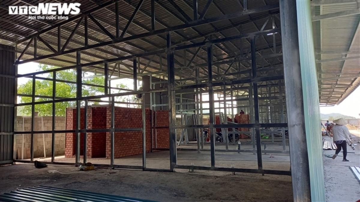 Bên cạnh siết chặt biên giới, tỉnh Kiên Giang cũng lên kịch bản để ứng phó với tình huống xấu nhất có thể xảy ra như xây dựng bệnh viện dã chiến tại TP Hà Tiên, thành lập phòng hồi sức cấp cứu đặc biệt, trang bị kỹ thuật công nghệ cao với quy mô 10 giường tại Trung tâm Y tế TP Hà Tiên. Đồng thời, lên kế hoạch mở rộng thêm khu cách ly.