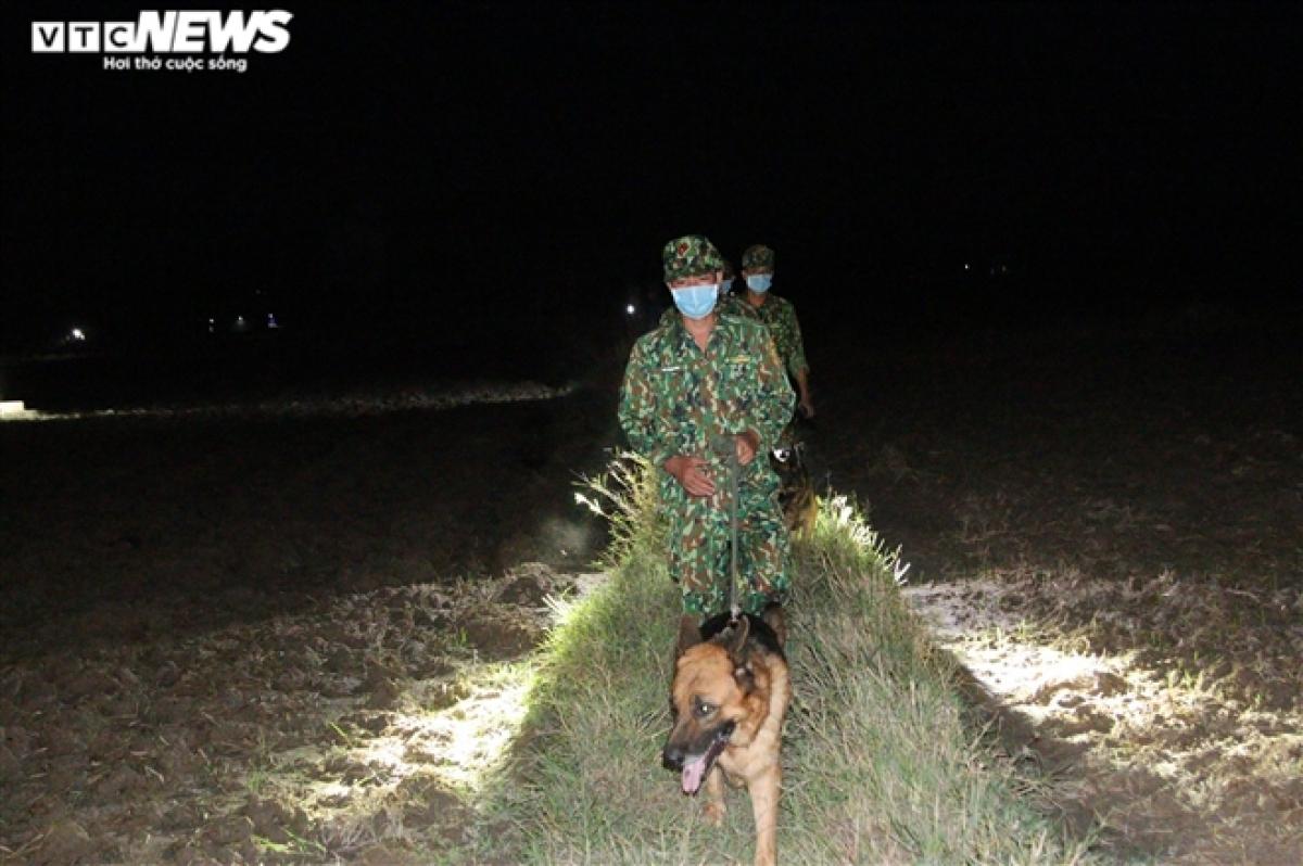 Các lực lượng vừa túc trực 24/24 tại vị trí các chốt, vừa tổ chức tuần tra, kiểm soát dọc tuyến biên giới.
