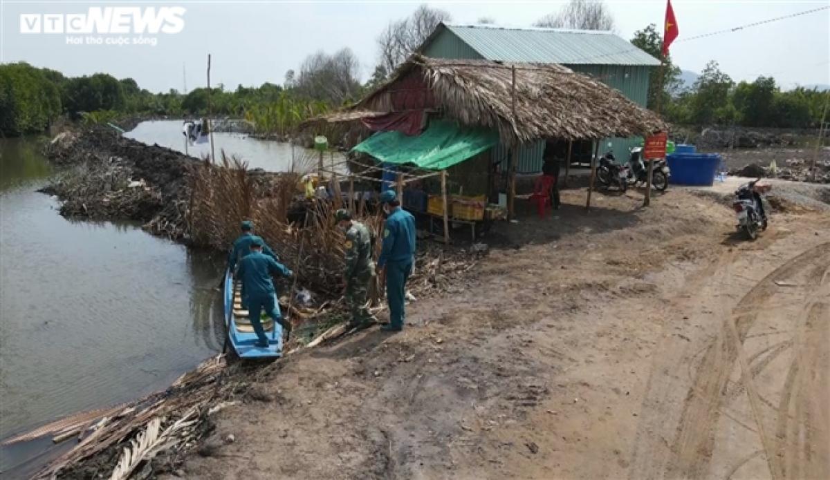Trung tá Nguyễn Văn Tùng, Đồn trưởng Đồn Biên phòng Cửa khẩu quốc tế Hà Tiên (Bộ đội Biên phòng tỉnh Kiên Giang) cho biết, trong tổng số 48 chốt phòng chống dịch COVID-19 tại TP Hà Tiên, chỉ có 25 chốt được xây dựng tiền chế, còn lại là các chốt tạm.