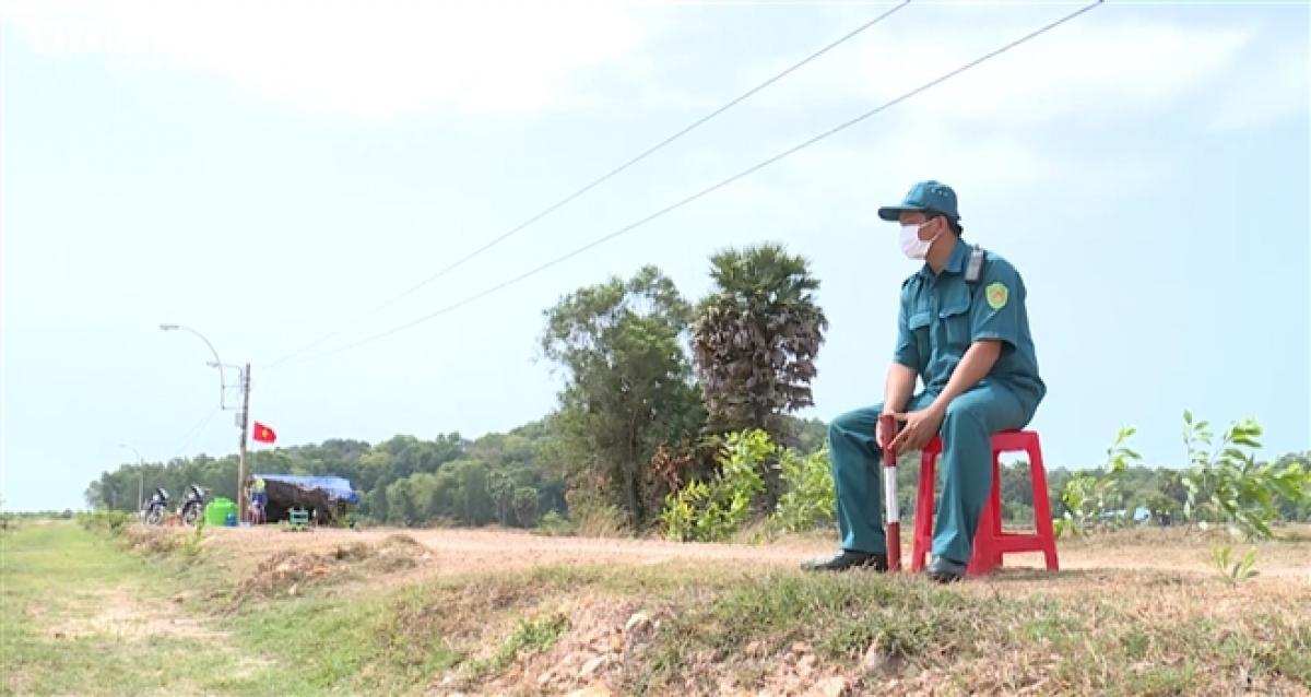 Để giảm bớt gánh nặng cho lực lượng biên phòng, Bộ CHQS tỉnh Kiên Giang huy động trên 100 chiến sĩ dân quân thường trực thuộc các huyện, thành phố tăng cường cho các chốt chống dịch.