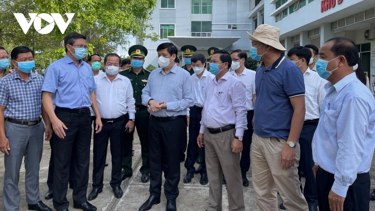 Bộ trưởng Bộ y tế Nguyễn Thanh Long đến khảo sát và kiểm tra thực tế tại các khu cách ly ở Hà Tiên.