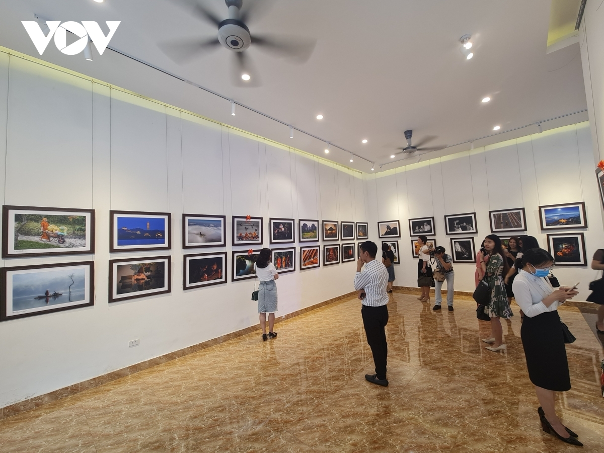 The exhibition selects a number of winning artworks from a photo contest on Buddhism and life which had originally been launched by the Vietnamese Buddhist Sangha in 2020.
