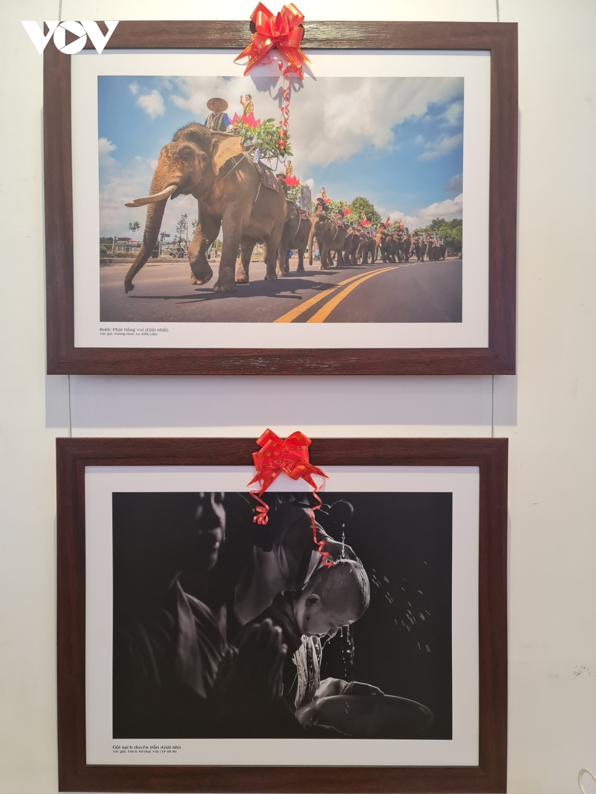 The images given the first and second prizes are put on display.