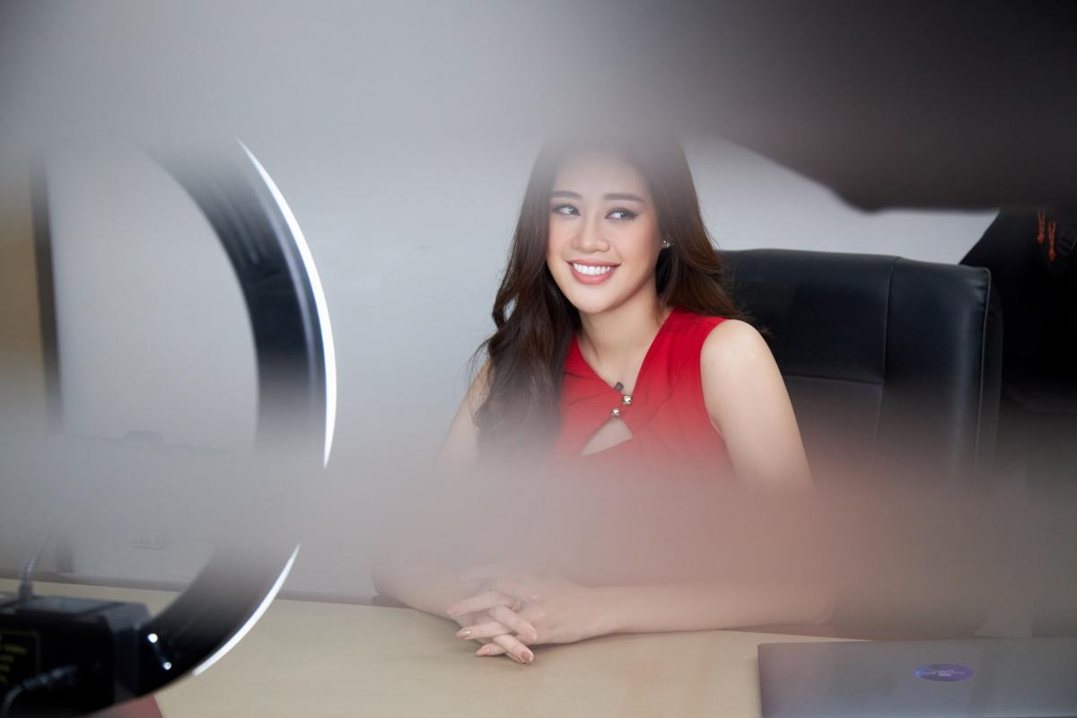 Hoa hậu Khánh Vân trong cuộc phỏng vấn online giả định.